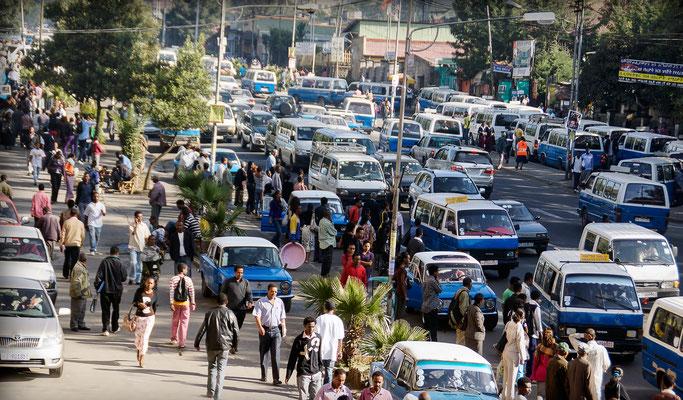 <b>Daniel Worku Kassa: Ohne Titel.</b> Morgenszene in der Stadt. Es ist etwa halb acht.
