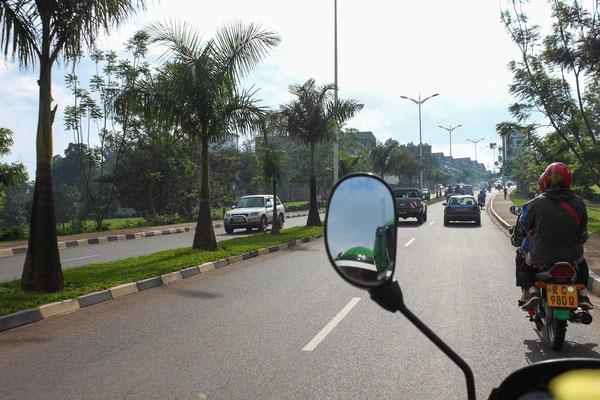 <b>Eine Moto-Fahrt: Ruby Hall</b> Ich habe ein Jahr lang in Kigali gearbeitet. Z den Dingen, die mich am meisten fasziniert haben, gehören die Fahrten mit den Motorrad-Taxis. Für mich zeigen sie die modernen Aspekte, aber auch die Unterschiede auf.