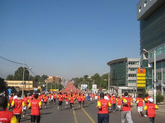 <b>Adhanom Efrem: Der Große Äthiopische Lauf.</b> Es ist ein Volks- und Straßenlauf in Addis Abeba. Er ist mit mehr als 30.000 Teilnehmern die größte Laufsportveranstaltung Äthiopiens und lockt auch viele internationale Sportler an.