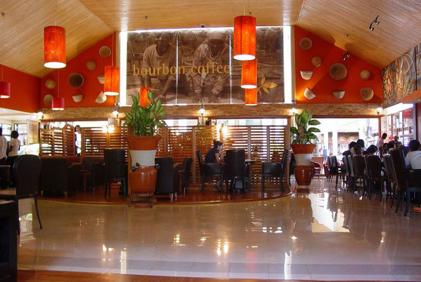 <b>Guillaume RUTEMBESA: Kigali Bourbon Coffee Restaurant.</b> Auch wenn Ruanda für seinen Kaffee bekannt ist, trinken die meisten Ruander/-innen kaum Kaffee (und wenn, dann meistens Nescafé). Ruandischen Kaffee bekommt man fast nur in Bourbon-Cafés.