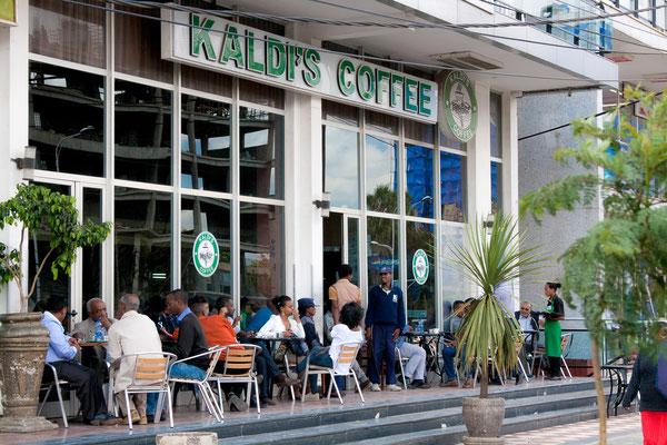 <b>Yoseph Welde Amanuel: Kaldi's Coffee.</b> Die Stadt ist für ihre vielen kleinen gemütlichen Cafés direkt im Straßengeschehen bekannt. Überall sieht man Menschen in Cafés sitzen und Kaffee trinken.