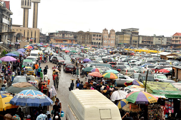 <b>Agwu Igiri Akwari: Ohne Titel.</b> Das Bild zeigt einen Platz vor der zentralen Moschee auf Lagos Island.