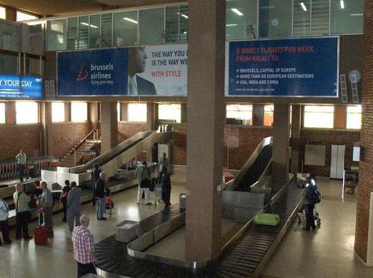 <b>Guillaume RUTEMBESA: Ankunftshalle im Internationalen Flughafen Kigalis in Kanombe.</b> Das Foto zeigt die einzigen beiden Gepäckbänder auf dem kleinen Flughafen. Die Kontrolle auf Plastiktüten steht den Reisenden gleich noch bevor.