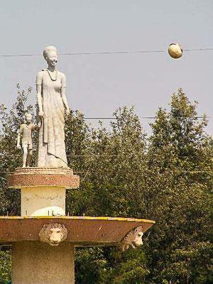 <b>Guillaume RUTEMBESA: Kreisverkehr in Kacyiru.</b> Statue einer Frau mit Kind.