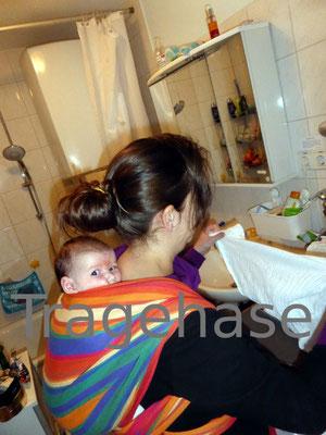 Beim Tragen hat man die Hände frei (einfacher Rucksack mit Neugeborenem)