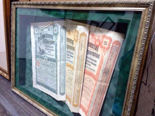 Объёмный короб, оформленный в бархатное паспорту, обрамленное багетом