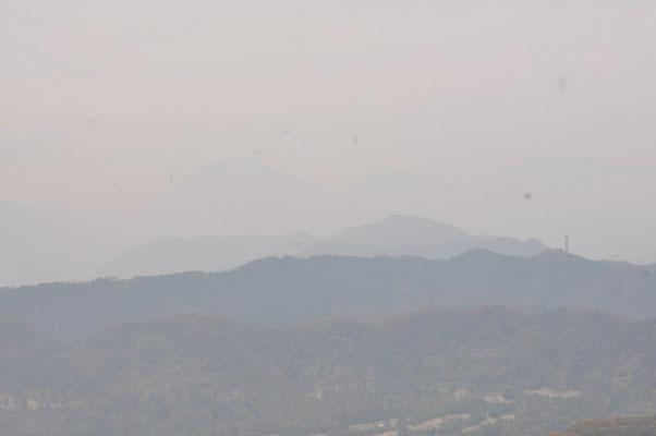 かろうじて日光男体山が見えます