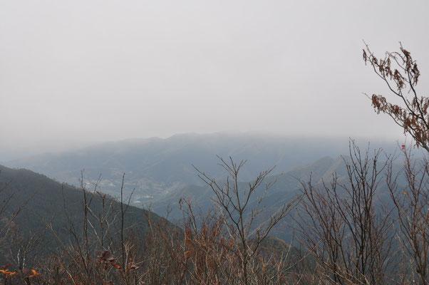 小持山からの眺め・・・ガスガスです