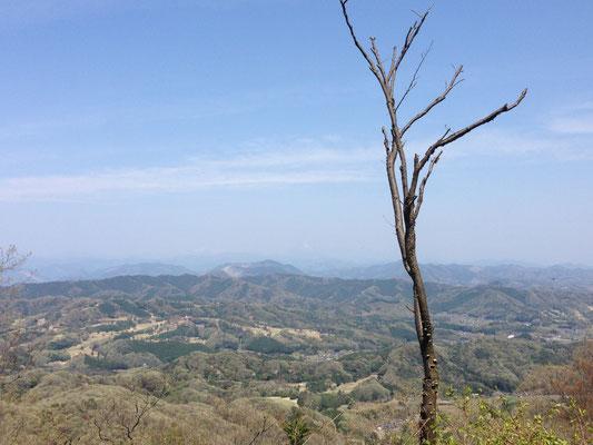 晃石山山頂から日光方面。霞んでいてうっすら男体山