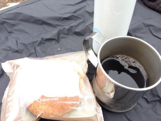 キンキンに冷えたアイスコーヒーとシュークリーム