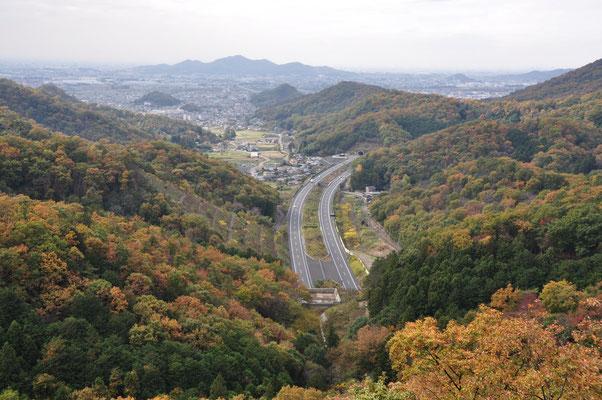 北関東自動車道。今いるこの下を通っています