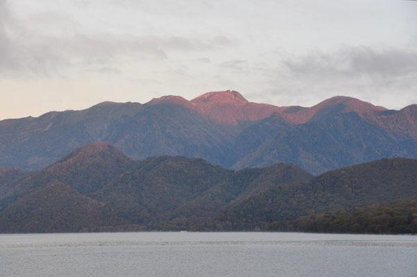 赤く染まる日光白根山