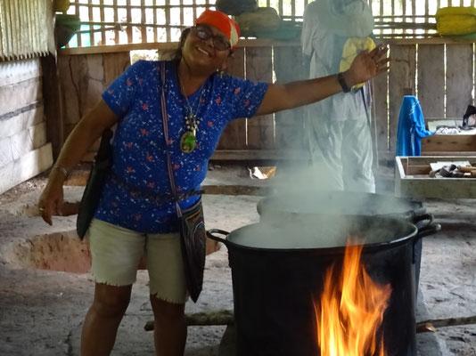 Dona Marlene mit der Dschungelmedizin