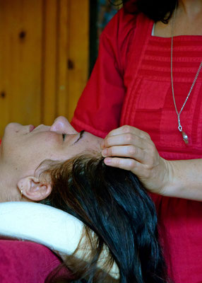 Shantiwoman schamanische Energiemassage am Kopf