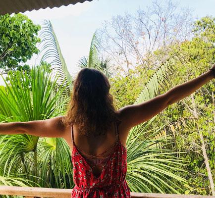 Dhavali schaut vom Balkon auf das Camp Charapamama