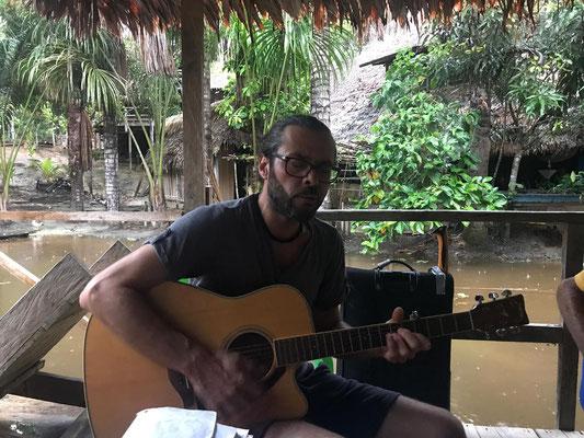 Okan spielt für uns im Camp Charapamama