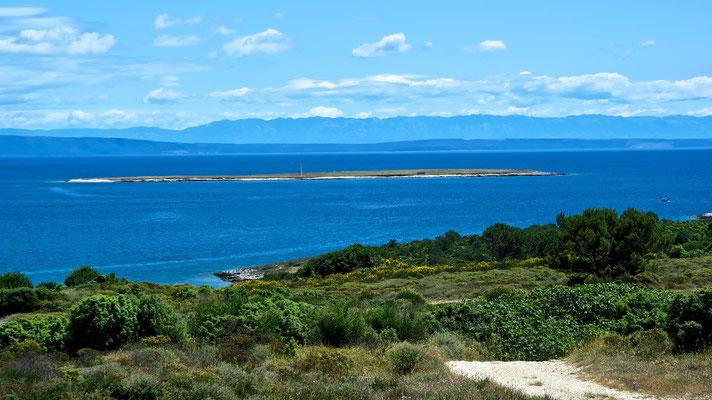 Rt. Kamenjak im Hintergrund die Insel Cres und das Uack Gebirge vom Festland Kvarner Bucht