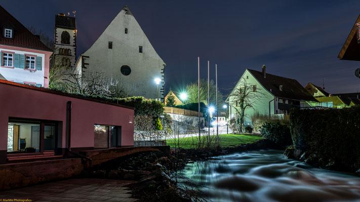 """Blick vom """"alten Huge-Beck"""" am Zastler-Bach zum Ortskern von Kirchzarten"""