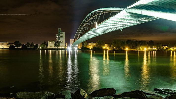 Dreiländerbrücke Weil am Rhein - F-Huningue, im Bild links oben sieht mein ein vorbeifliegendes Flugzeug vom Euroairport Basel-Mulhouse