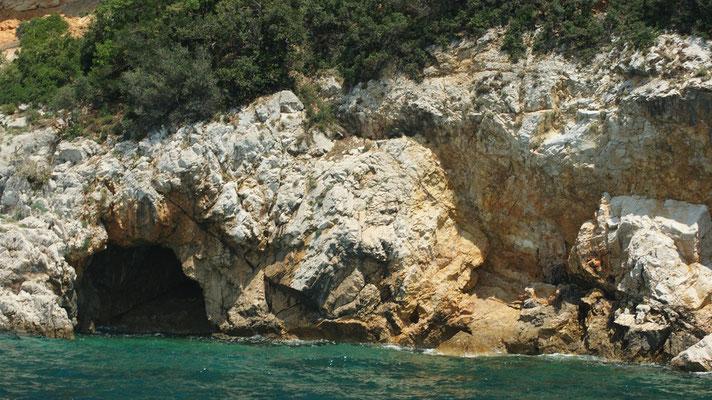 Goldener Strand (Golden Beach) Als goldener Strand (Golden Beach) wird in Kroatien ein kleiner Strand, zwischen Punat und Baska auf der Insel Krk, bezeichnet, der nur mit einem Boot zu ereichen ist.
