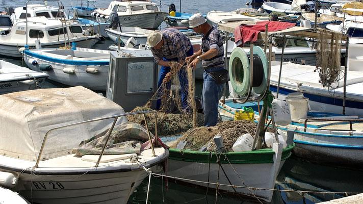 2 Fischer auf der Suche nach dem Fisch im Hafen von Rovinj