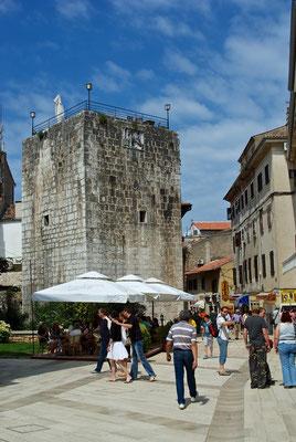 Fünfeckiger Turm Am Anfang der Hauptstrasse Decumanus, am Eingang zum Altstadtkern. Im 15. Jh., im gotischen Stil errichtet. Am Turm sieht man der Relief des venezianischen Löwen. Bis zur französischen Besatzung hin, blieben Teile der Stadttore erhalten.