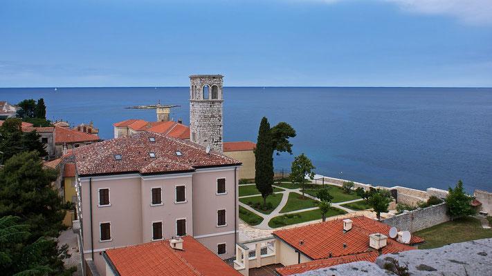 """Blick vom Glockenturm der Euphrasius Basilika auf Porec und die Insel """"Barbaran"""""""