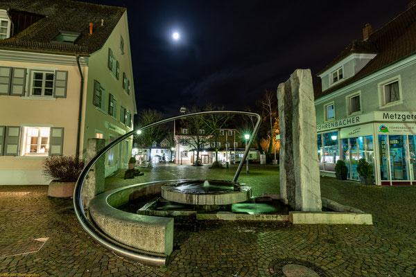 """Blick auf den Brunnen """"Zeitensegel""""  Richtung """"altes Rathaus"""" in der Fußgängerzone"""