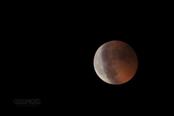 Eclissi del 15/06/2011 In questo scatto è racchiusa una doppia esposizione, una per la parte scura rossa, e l'altra per quella chiara.