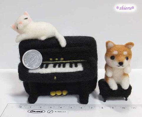 アップライトピアノと白猫と柴犬