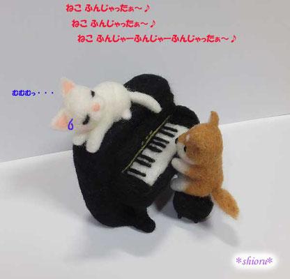 ピアノ演奏で猫ふんじゃったを弾く柴犬さんと、それを聴く白猫さん
