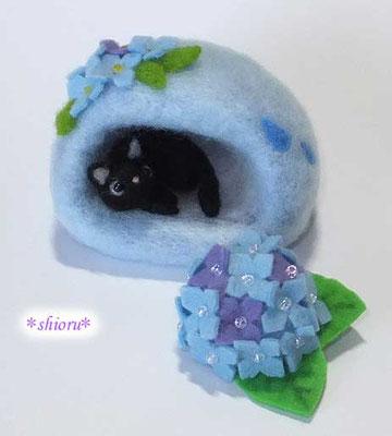 アジサイドームベッドで寝る黒猫さん