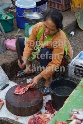 Auch das Zerhacken von Fleisch gehört zum Aufgabengebiet von laotischen Frauen