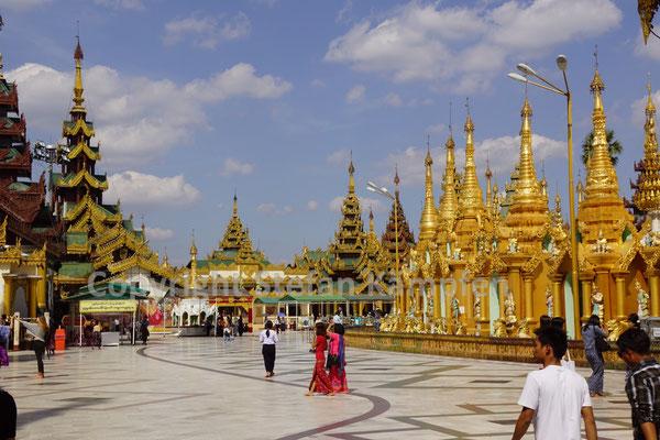 Auf dem Hauptplatz der Shwedagon Pagode