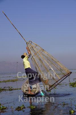 Eine spezielle Fang- und Rudertechnik ermöglicht das Fischen auf traditionelle Weise