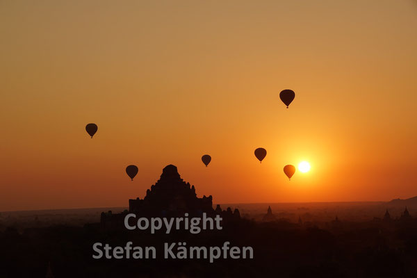 Ballone über den Pagoden von Bagan bei Sonnenaufgang