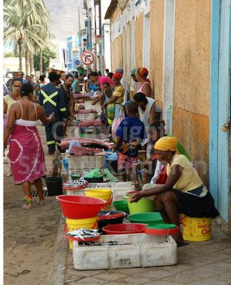 Auf dem Wochenendmarkt in Mindelo werden vor allem Lebensmittel verkauft