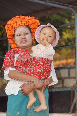 Frau und Kind mit Thanaka im Gesicht - die für Myanmar typische Sonnencrème