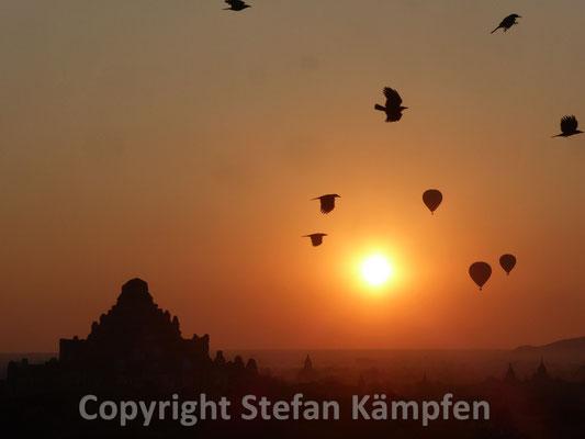Idyllischer Sonnenaufgang hinter den Pagoden von Bagan