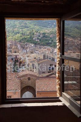 Ein Fenster gibt den Blick frei für das mediterrane Mittelalter