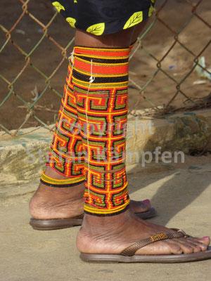 Typischer Beinschmuck einer Kuna Yala Frau
