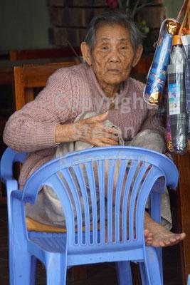 Alte vietnamesische Frau macht es sich gemütlich