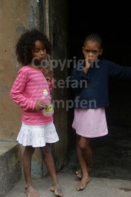 Kapverdische Mädchen scheinen über die Zukunft des Landes zu sinnieren