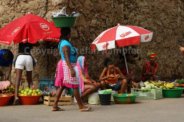 Buntes Treiben auf dem Markt von Mindelo