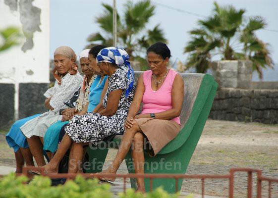 Frauen in Ponta do Sol tratschen über den neusten Klatsch