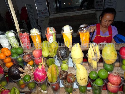 So sieht es aus, bevor es flüssig wird. Saftladen in Luang Prabang.