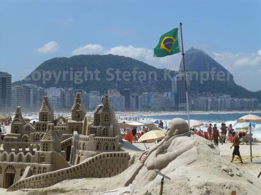 Sandburgen und der Zuckerhut wetteifern um die Gunst der Betrachter an der Copacabana