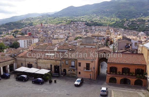 Blick auf das Bergdörfchen Castelbuono