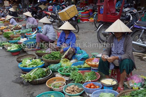 Der für Vietnam typische Kegelhut schützt die Marktfrauen vor zu intensiver Sonneneinstrahlung
