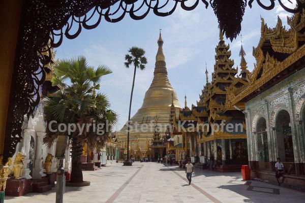 Blick aus dem Schatten auf die Shwedagon Pagode in Rangun